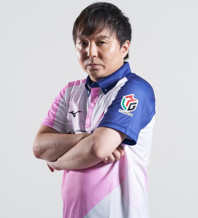 麻雀Mリーグチームのサクラナイツのユニフォームを着る堀慎吾